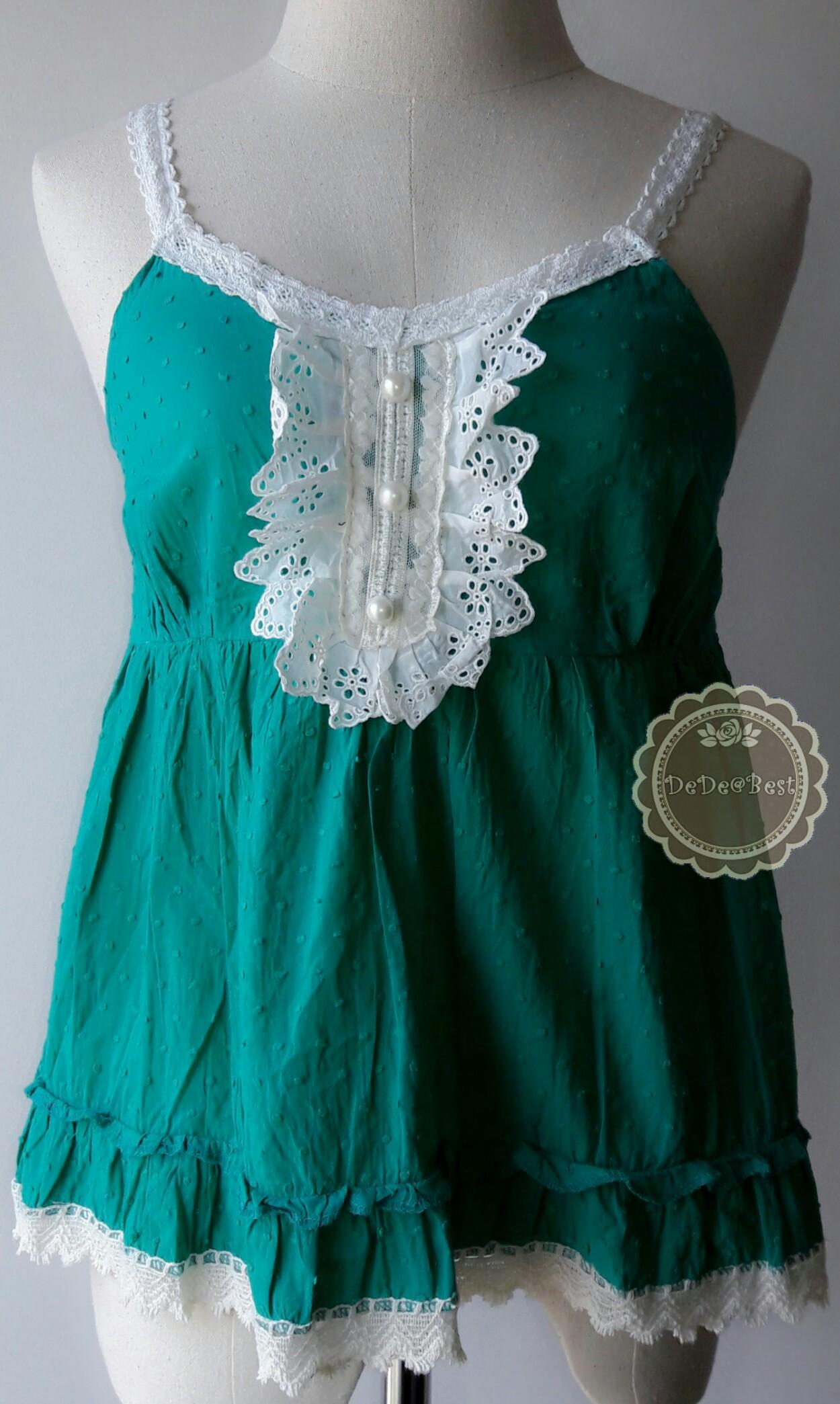 T30:2nd hand top เสื้อสายเดี่ยวสีเขียวเดินขอบลูกไม้ขาว