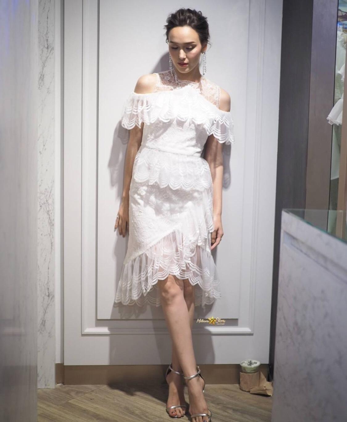 Dressยาวสีขาวเนื้อลูกไม้ที่ไหล่ปาดคลุมหัวไหล่