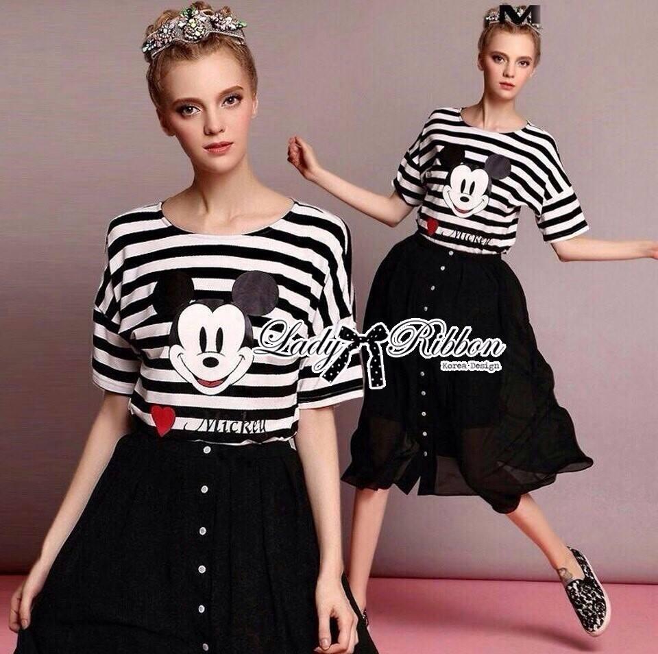 ( พร้อมส่งเสื้อผ้าเกาหลี) เซ็ตเสื้อลายทางสกรีนลายมิกกี้เมาส์และกระโปรงบานสีดำ เซ็ตนี้ใส่แล้วเข้าชุดกันมากๆ คุ้มสุด ตัวเสื้อเป็นเสื้อยืดพิมพ์ลายทางสีขาว-ดำ สกรีนลายด้านหน้าเป็นลายมิกกี้เมาส์ น่ารักมากๆค่ะ ส่วนกระโปรงเป็นทรงบานเล็กน้อย ประดับกระดุมด้านหน้า