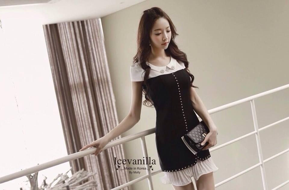 ( พร้อมส่งเสื้อผ้าเกาหลี) เดรสงานเกาหลีสไตล์เรียบหรูดูดี ประดับมุก แต่งเพชรตรงช่วงคอ ดีเทลต่อผ้าอัดพลีทช่วงชายกระโปรง งานสวยปราณีต เข้ากันอย่างลงตัว ดูลุ๊คคุณหนู celeb เนื้อผ้าเนื้องาน pattern/cutting สวยสมราคา