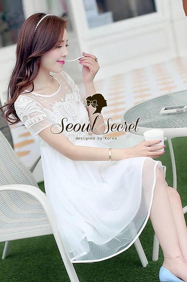 ( พร้อมส่งเสื้อผ้าเกาหลี) เนื้อผ้า Organdy สวยหวานด้วยงานเย็บประดับด้วยริบบิ้นเย็บประดิษฐ์เป็นลายสไตล์ Reteo ที่ช่วงอกและช่วงแขน เติมความหวานหรูด้วยโทนสีขาว ด้านในมีซับในเย็บติดถึงช่วงอกนะคะ ด้านบนโชว์ผิวสวยๆ นิด