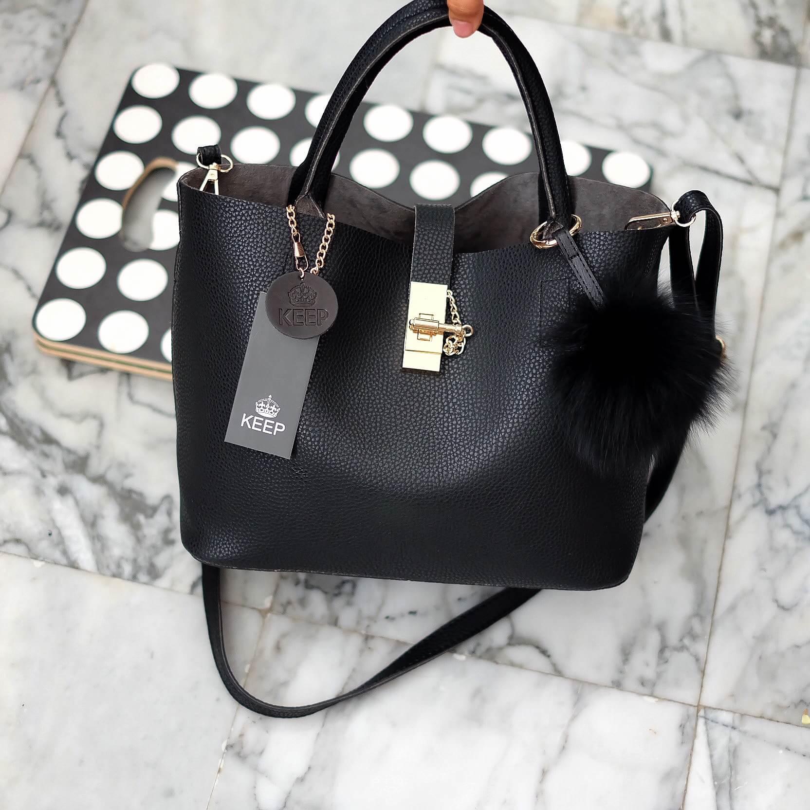กระเป๋า Keep 2 in 1 สีดำ ปรับเก็บทรง ได้ถึง 2 แบบ มาพร้อมพวงกุญแจ ปอมปอม ฟรุ้งฟริ้ง น่ารักมากคะ