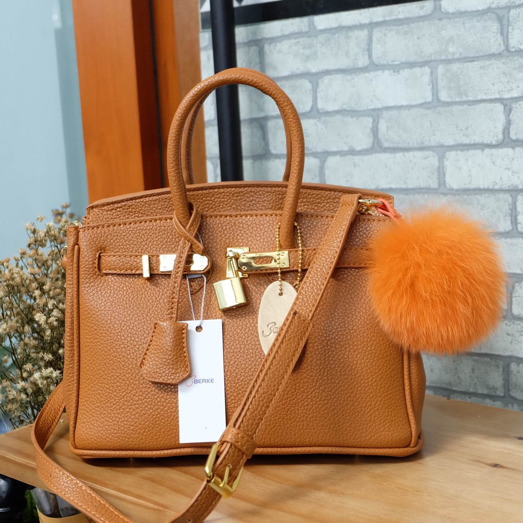 กระเป๋า Berke กระเป๋าทรงสุดฮิต ใบใหญ่จุของคุ้มคะ ตัวกระเป๋าหนัง Pu ดูแลรักษาง่าย น้ำหนักเบา ตัวกระเป๋า ปรับได้ 2 ทรง ทรงรัดสายคาด กับ ถอดออกได้ ภายในบุด้วยหนัง PU เนื้อเรียบสีชมพู มีช่องใส่ของจุกจิกได้ #ใบนี้สวยหรูมาก New arrival!
