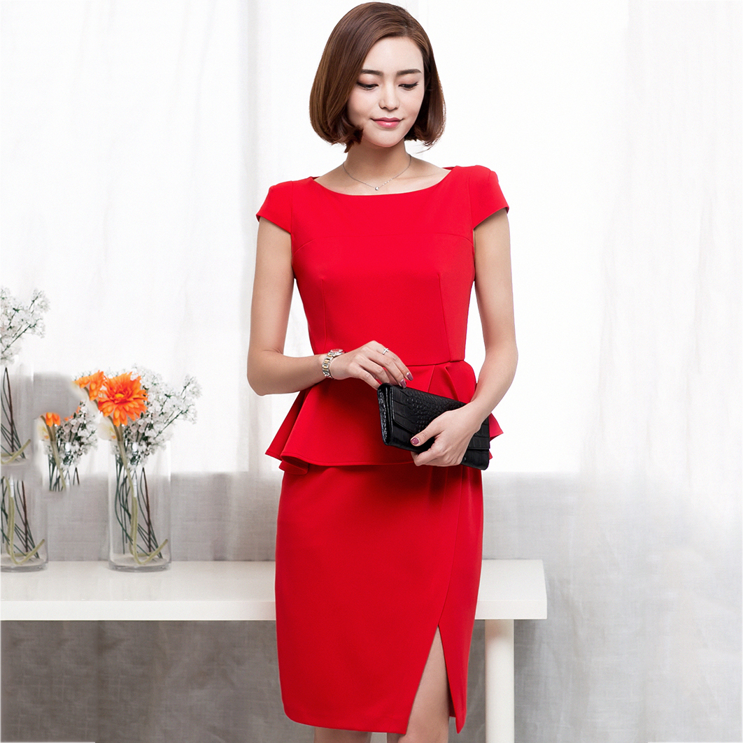 ชุดเดรสสั้นสีแดง เข้ารูป เอวแต่งระบาย ลุคสไตล์สาวทำงาน เรียบๆ สวยหรู ดูสง่า น่าเชื่อถือ