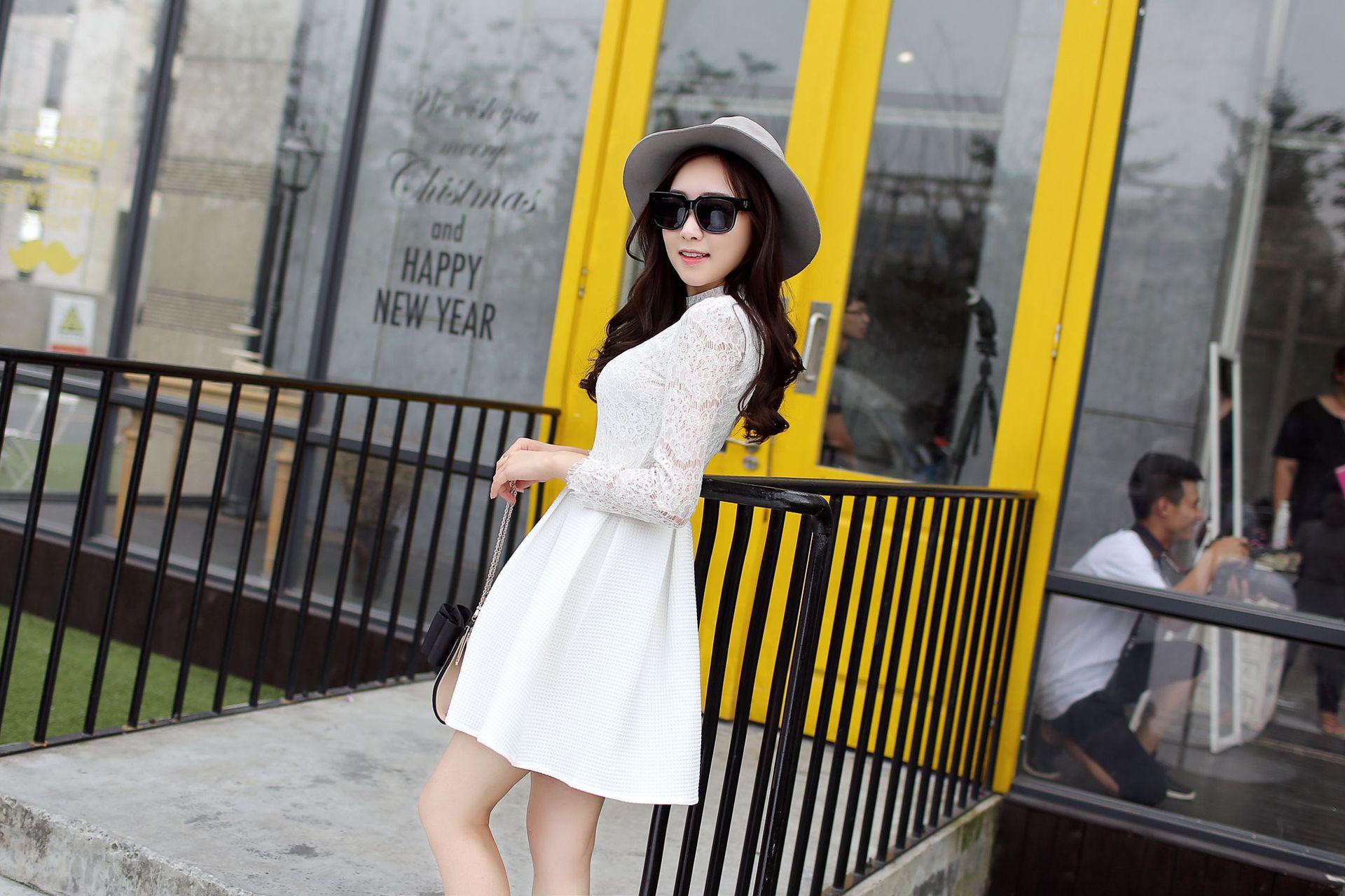 ชุดเดรสสั้นสีขาว เสื้อลูกไม้แขนยาว เย็บติดกับกระโปรงจีบทวิสเก๋ๆ แนวคุณหนู เรียบร้อย สวยหรู ดูดี สไตล์เกาหลี ราคาถูก