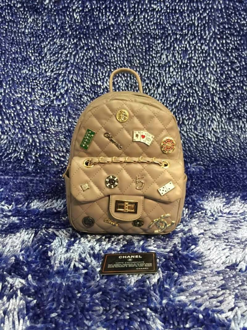 กระเป๋าเป้แฟชั่น สไตล์ chanel 10 นิ้ว แต่งอะไหล่เข็มกลัดด้านหน้าหลาย แบบสวยเก๋มาก มีช่องหน้าแต่งโซ่ทอง สายปรับได้ งานสวย สะพายเก๋ มี สไตล์