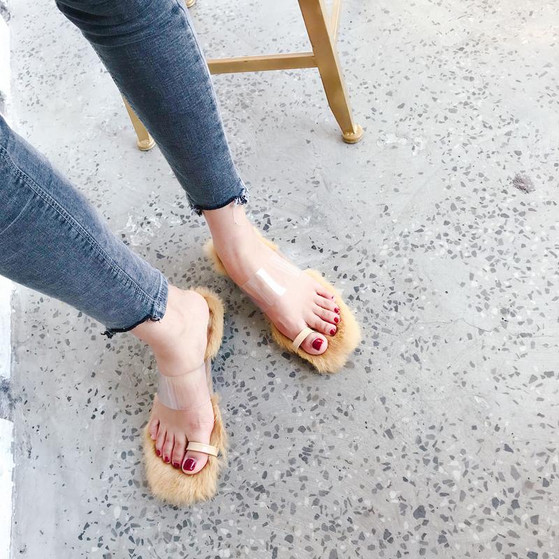 [มีหลายสี] รองเท้าแตะแฟชั่น ส้นเตี้ย หน้าคาดพลาสติกใส คีบนิ้วโป้ง พื้นแต่งขนเฟอร์