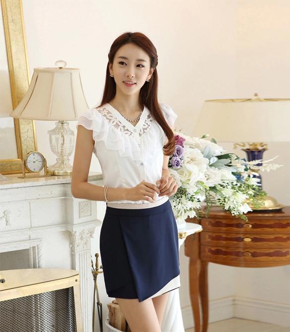 [พร้อมส่ง] เสื้อผ้าชีฟองสีขาวคอวี ปักฉลุลายลูกไม้และจับจีบระบายช่วงคอและหลัง ตัดเย็บเรียบร้อยสวยเหมือนแบบค่ะ รหัส A43