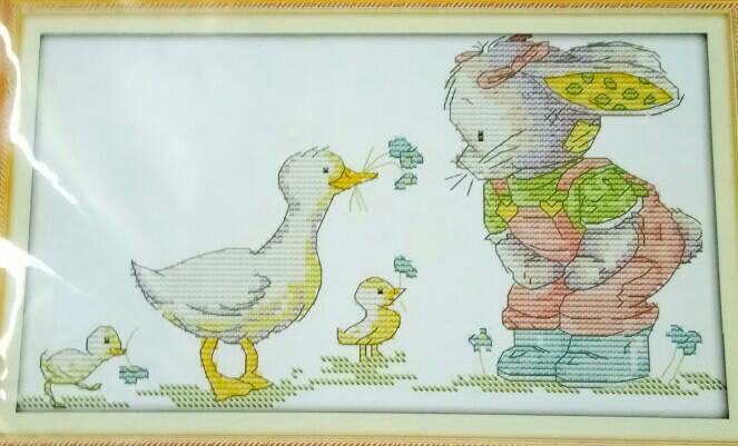 ชุดปักครอสติช ลาย แม่เป็ดกับกระต่าย ขนาด 30*17 ซม.ผ้าครอสติช 14 CT ไม่พิมพ์ลายปัก ไหมคอตตอน สี+ผังลาย+เข็ม (ส่งฟรี)