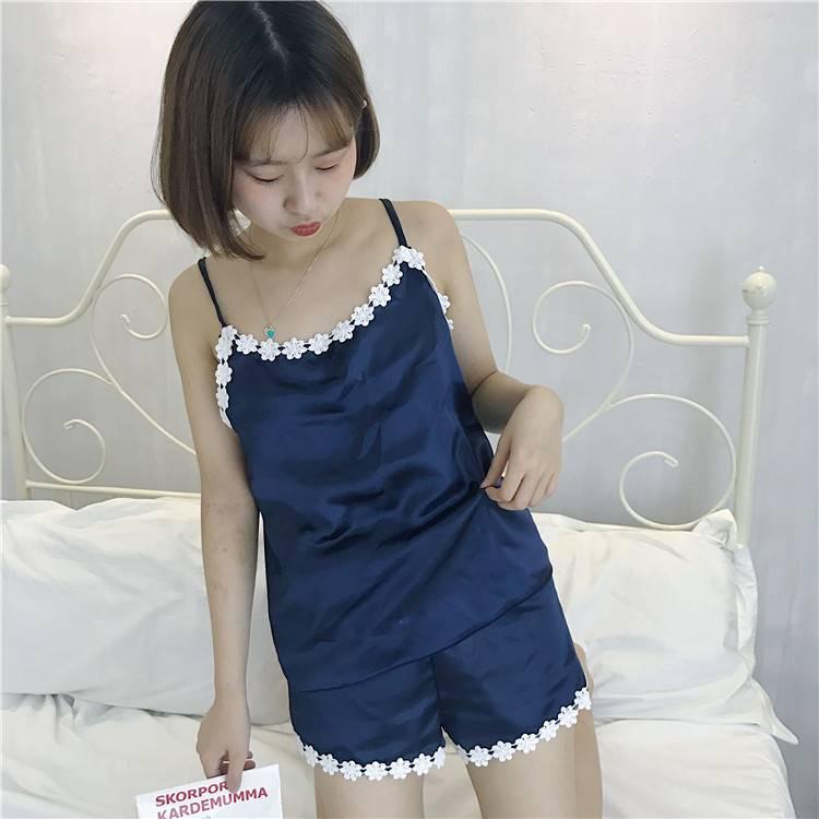 ชุดนอน สายเดี่ยวแต่งลูกไม้ ผ้าซาติน + กางเกงขาสั้น สีน้ำเงิน