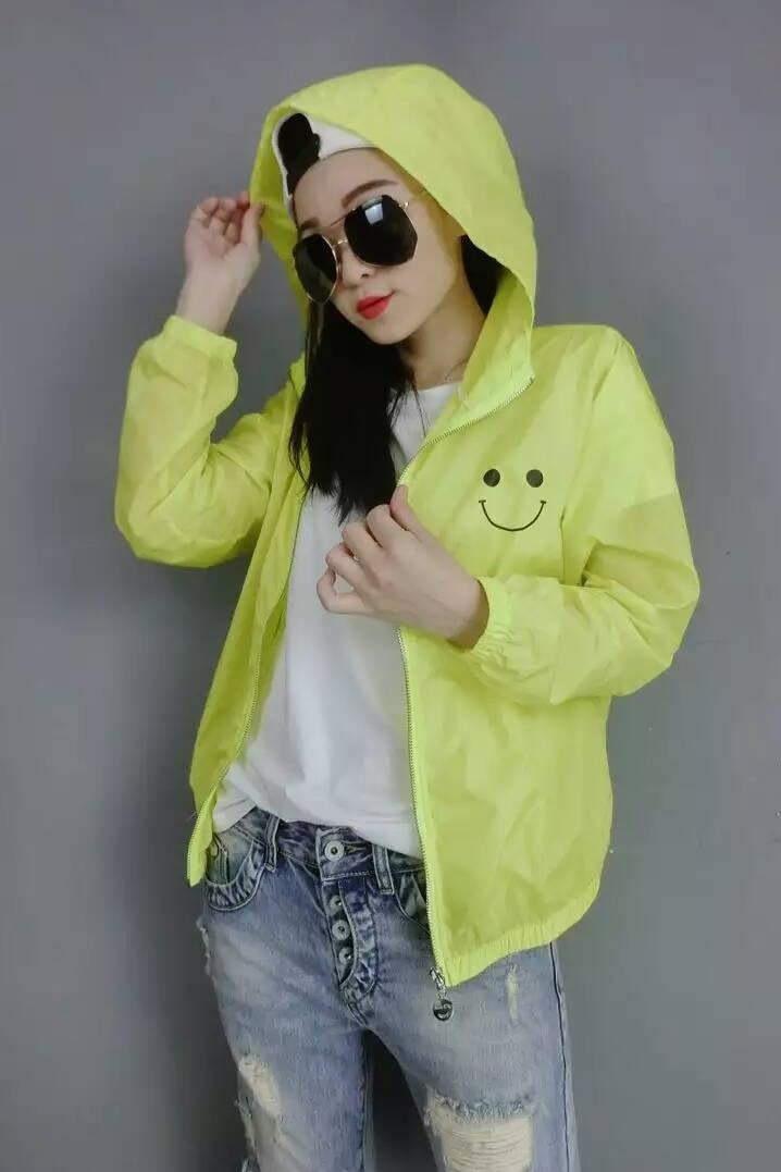 เสื้อคลุมแฟชั่น แขนยาว ซิปหน้า ลายอมยิ้ม ผ้าร่ม สีเหลืองอมเขียว