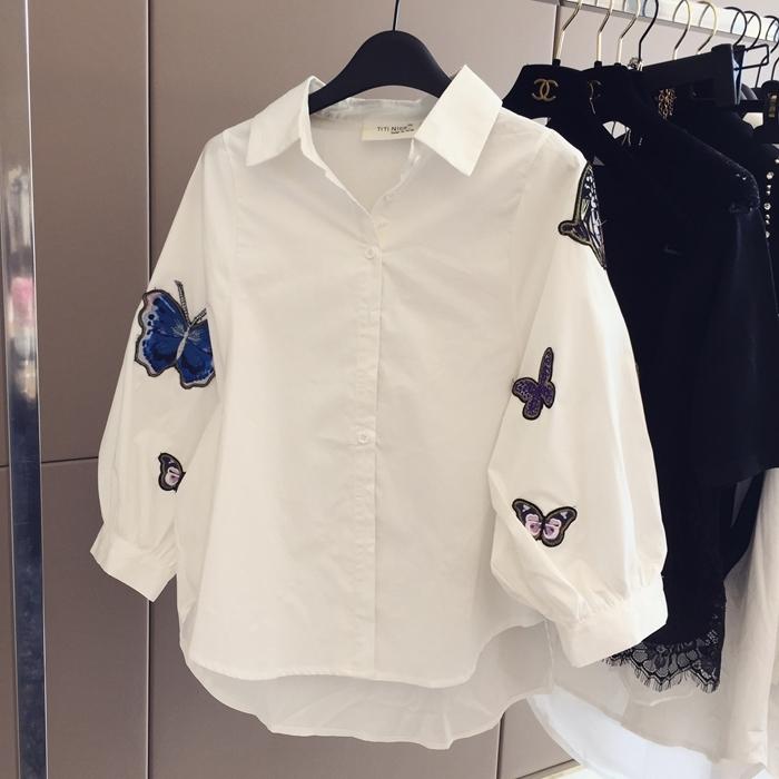 เสื้อแฟชั่น คอปกเชิ๊ต แขนยาว กระดุมหน้า แต่งอาร์ม ผีเสื้อ สีขาว