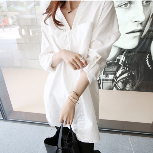 เสื้อแฟชั่น คอวี แขนยาว แต่งกระเป๋าหน้า สีขาว