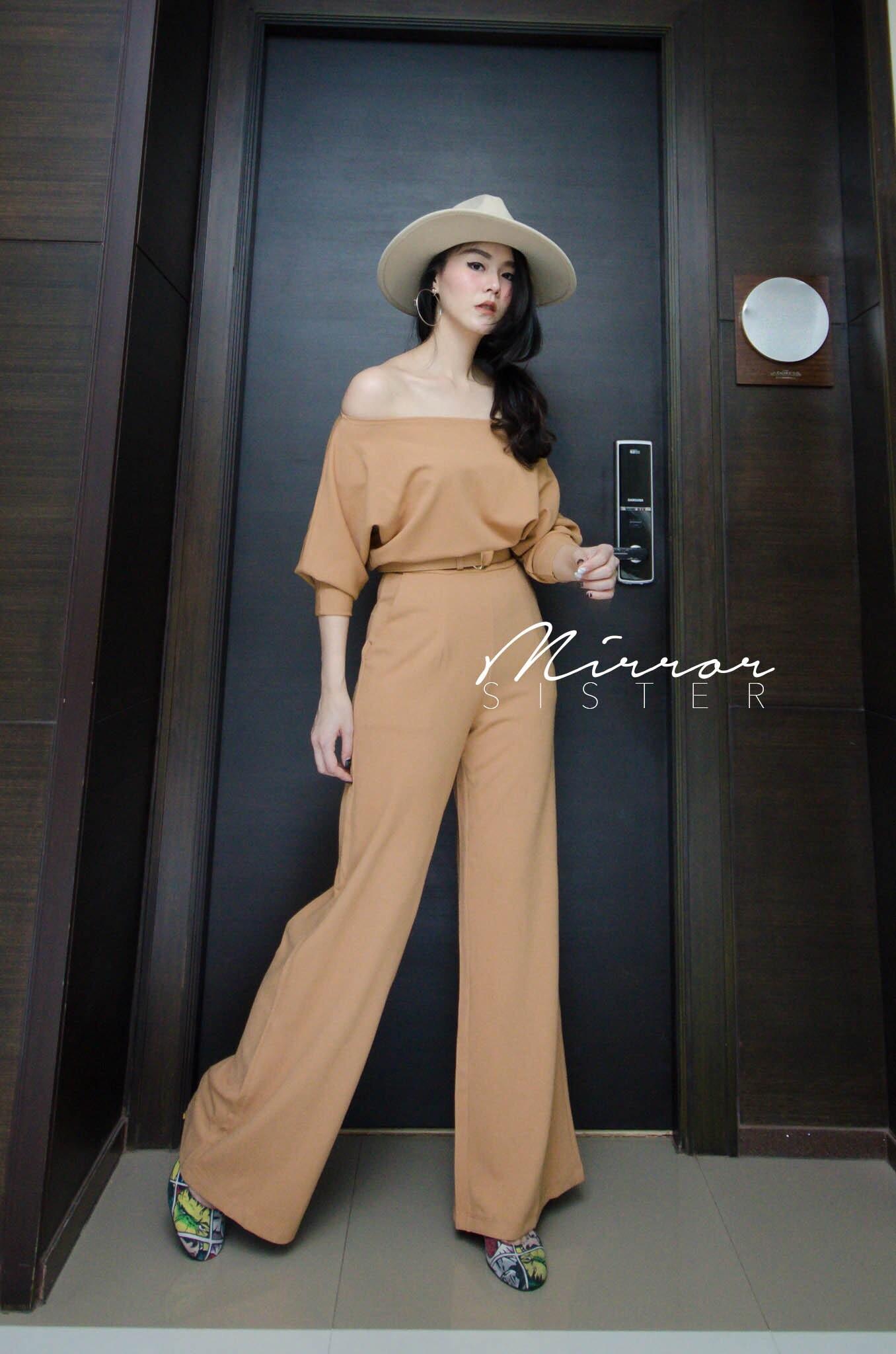 ชุดกางเกงทรงสวยมากกก แพทเทรินเป๊ะปังดีงามทั้งตัว ช่วงบนเป็นเสื้อไหล่ตกหรือปาดไหล่ ช่วงกางเกงทรงกระบอกใหญ่สวยมาก มาพร้อมเข็มขัดเส้นใหญ่สีเดียวกันกับชุดหัวมนๆอะ