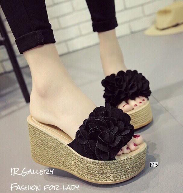 รองเท้าส้นเตารีดสีดำ เปิดส้น แต่งดอกไม้ (สีดำ )
