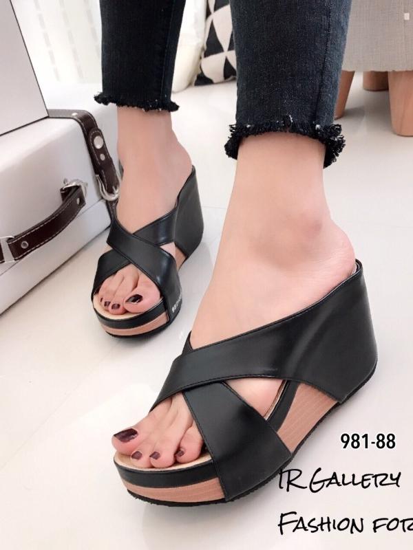 รองเท้าส้นเตารีด แบบสวม สายคาดไขว้ (สีดำ )
