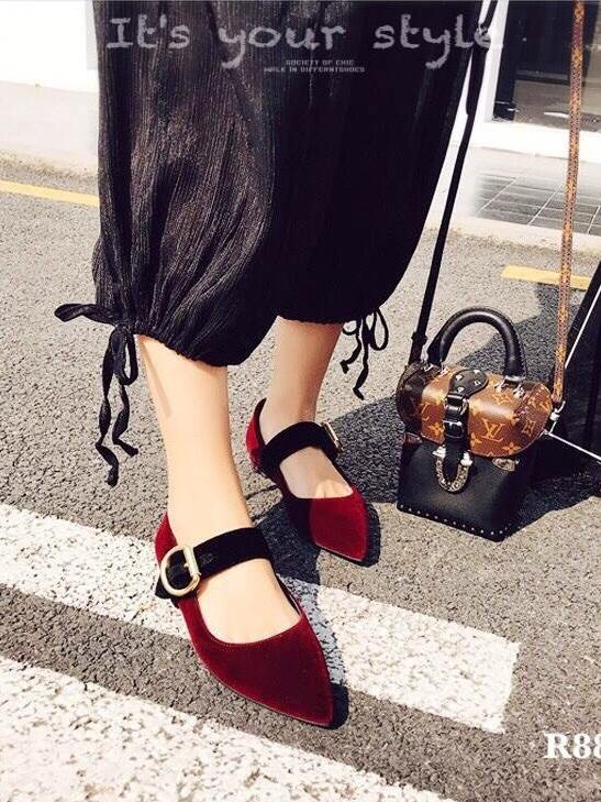 รองเท้าคัทชูส้นเตี้ยสีแดง กำมะหยี่นิ่ม สายคาดหน้าแต่งอะไหล่เข็มขัด (สีแดง )