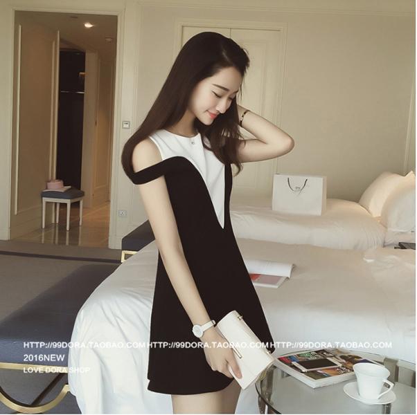 ชุดเดรสแฟชันเกาหลีเปิดไหล่สีขาวดำกระโปรงบานเข้ารูปน่ารักๆ
