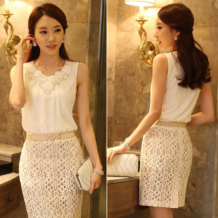 รหัส A181 เสื้อผ้าชีฟองสีขาว จับช่อดอกกุหลาบและปักเลื่อมบริเวณอก สวมใส่สบาย