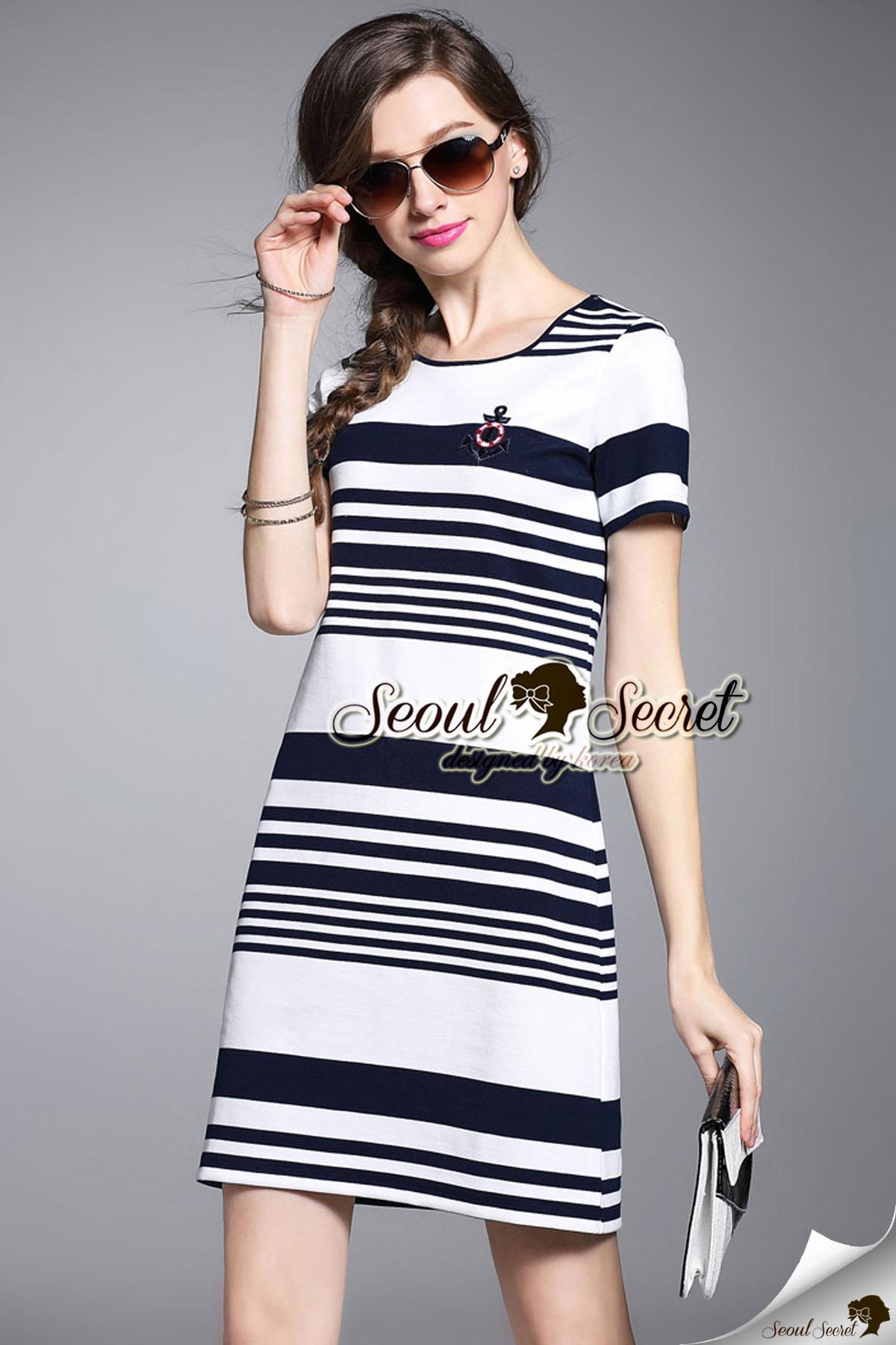 Seoul Secret Say's... Anchorry Stripe Chic Dress Material : เก๋ๆ ด้วยเดรสทรงสไตล์ลำลอง ใส่เที่ยวในวันสบายๆ ดูเหมาะมากคะ เนื้อผ้ายืดใส่สบายๆ เก๋ๆ ด้วยงานทอลายริ้ว เติมความเก๋ด้วยงานปักลายสมอทหารเรือที่ช่วงอก เดรสใส่ง่ายเก๋ๆ เรียบเก๋ดูดี ลุคสาวเก๋