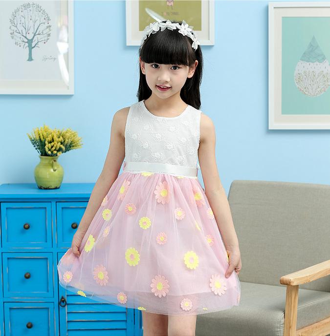 เดรสเด็กโตสีขาว ต่อด้วยกระโปรงสีชมพูลายดอกไม้ ผูกโบว์ด้านหลัง ชุดนี้ใส่แล้วสวยดูหวานน่ารักมากค่ะ