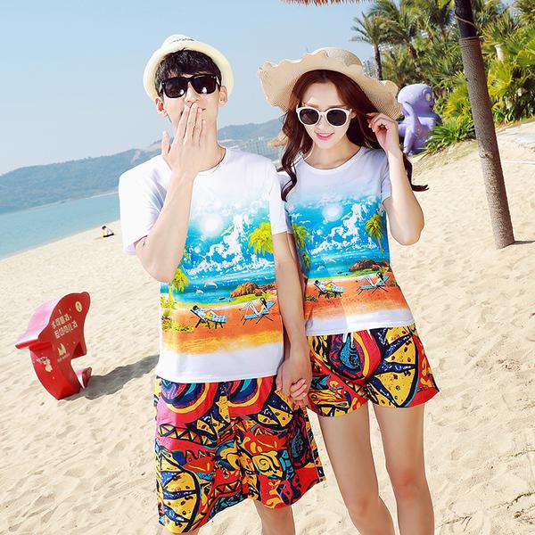 เสื้อคู่รัก ชุดคู่รักเที่ยวทะเลชาย +หญิง เสื้อยืดสีขาวลายคู่รักนอนตากแดด กางเกงขาสั้นลายพระอาทิตย์โทนสีส้ม +พร้อมส่ง+