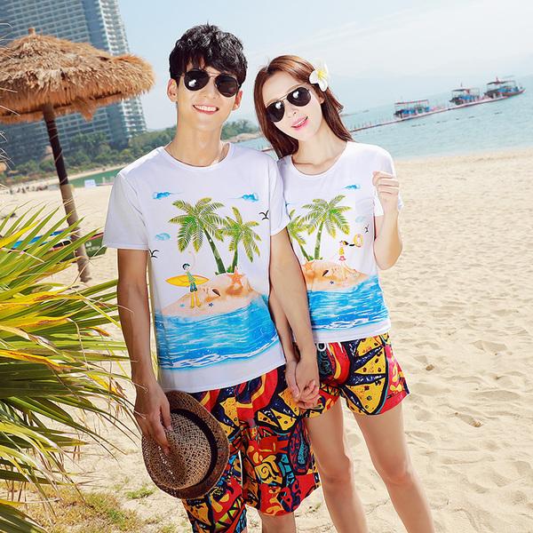 เสื้อคู่รัก ชุดคู่รักเที่ยวทะเลชาย +หญิง เสื้อยืดสีขาวลายคนติดเกาะ กางเกงขาสั้นลายพระอาทิตย์โทนสีส้ม +พร้อมส่ง+