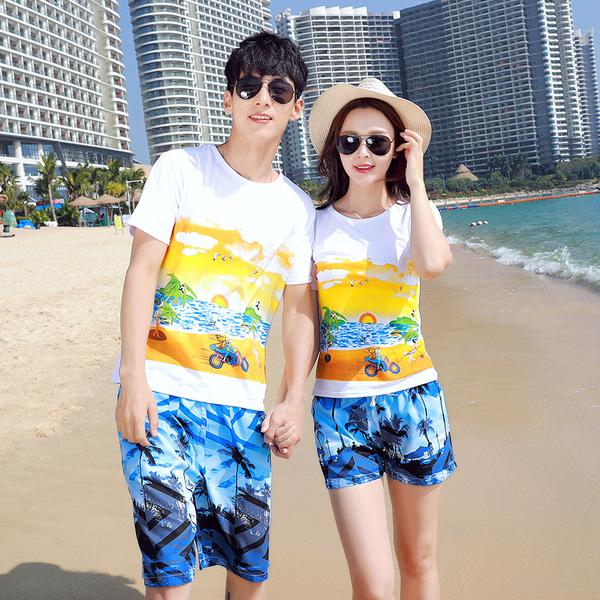 เสื้อคู่รัก ชุดคู่รักเที่ยวทะเลชาย +หญิง เสื้อยืดสีขาวลายคู่รักขับรถเที่ยวชายหาด กางเกงขาสั้นลายต้นมะพร้าวโทนสีฟ้า +พร้อมส่ง+