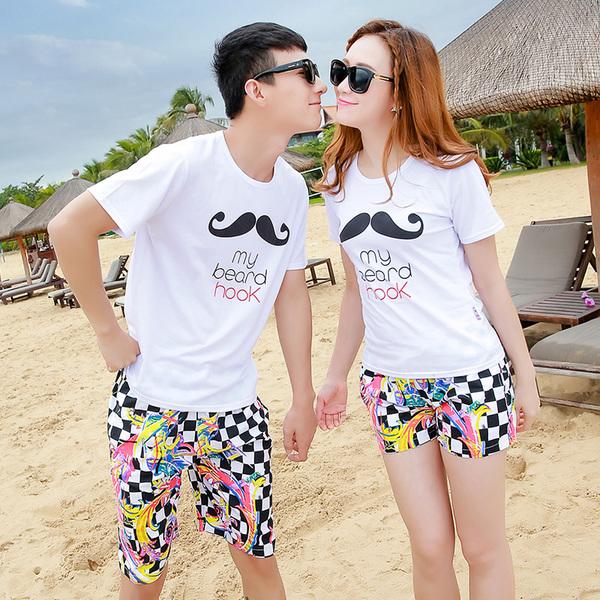 เสื้อคู่รัก ชุดคู่รักเที่ยวทะเลชาย +หญิง เสื้อยืดสีขาวลายหนวด กางเกงขาสั้นลายตารางดำขาว +พร้อมส่ง+