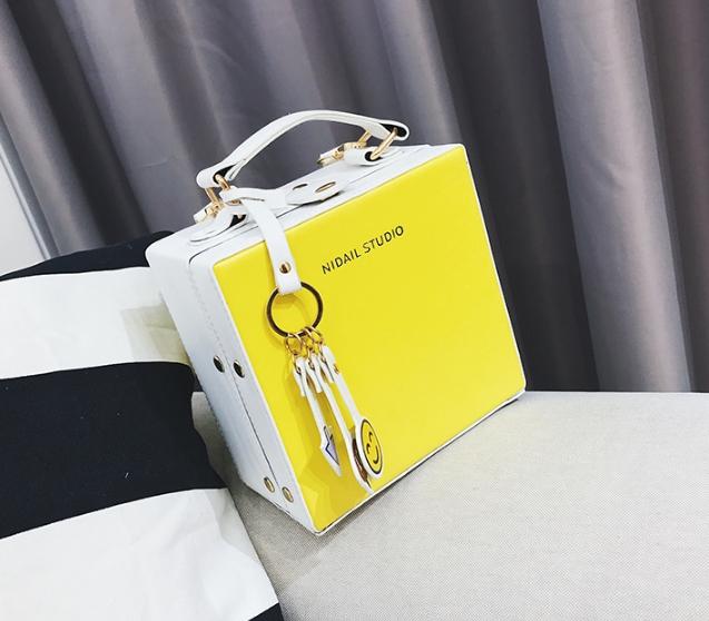 กระเป๋าสะพายข้างผู้หญิง Girl face สีเหลือง