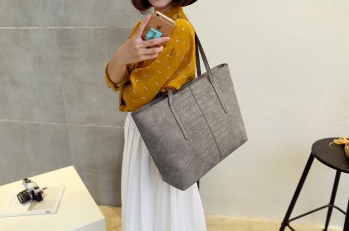 กระเป๋าสะพายข้างใบใหญ่ Leather woman (Light Gray)