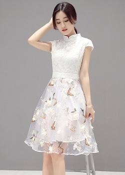 เดรสตัวเสื้อผ้าลูกไม้ลายดอกไม้ สีขาวครีม คอจีน มีซิบด้านหลังลำตัว เดรสเข้ารูปช่วงเอว กระโปรงผ้าไหมแก้ว