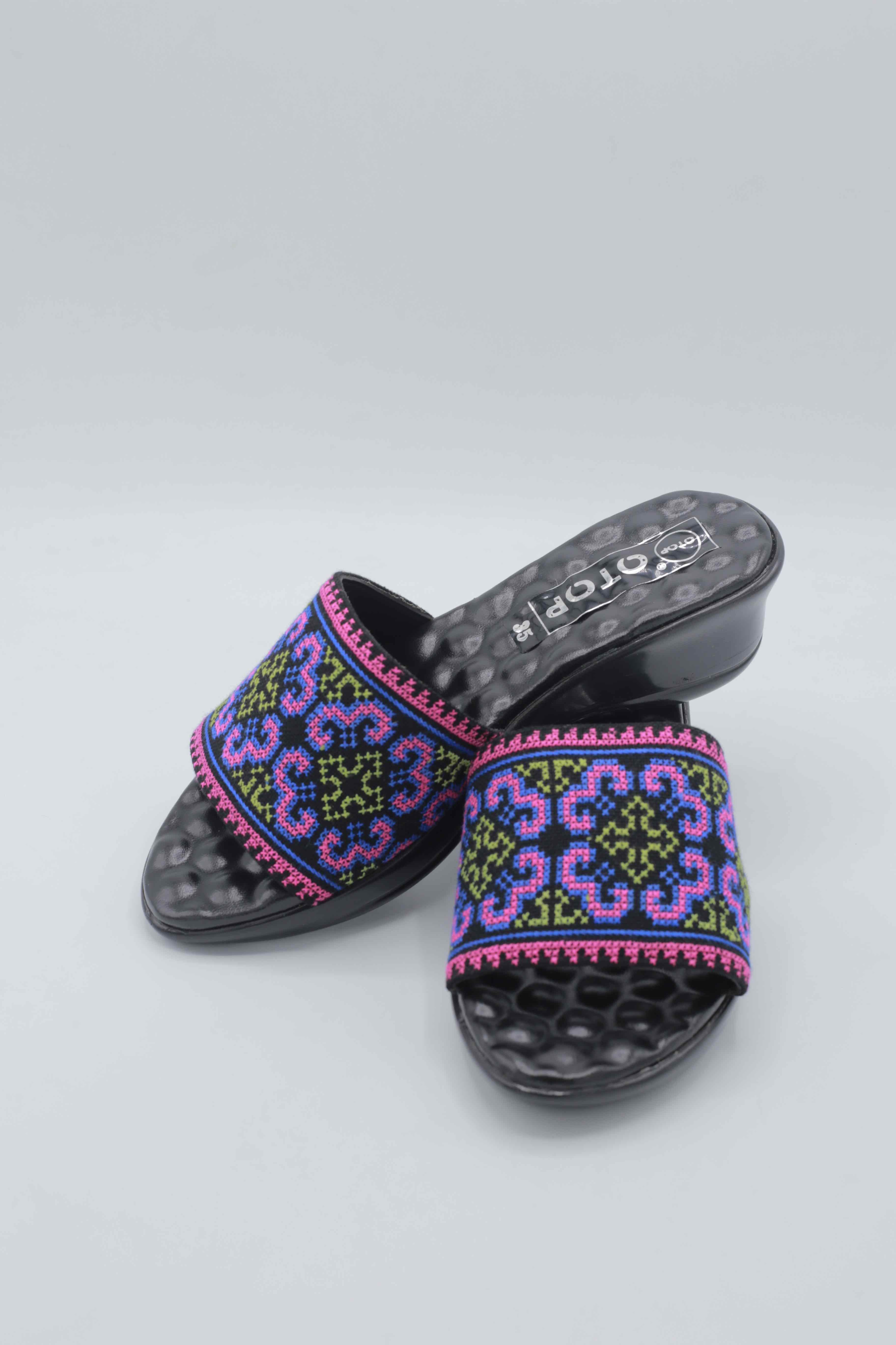 C03038 รองเท้าผ้าปักชาวเขา