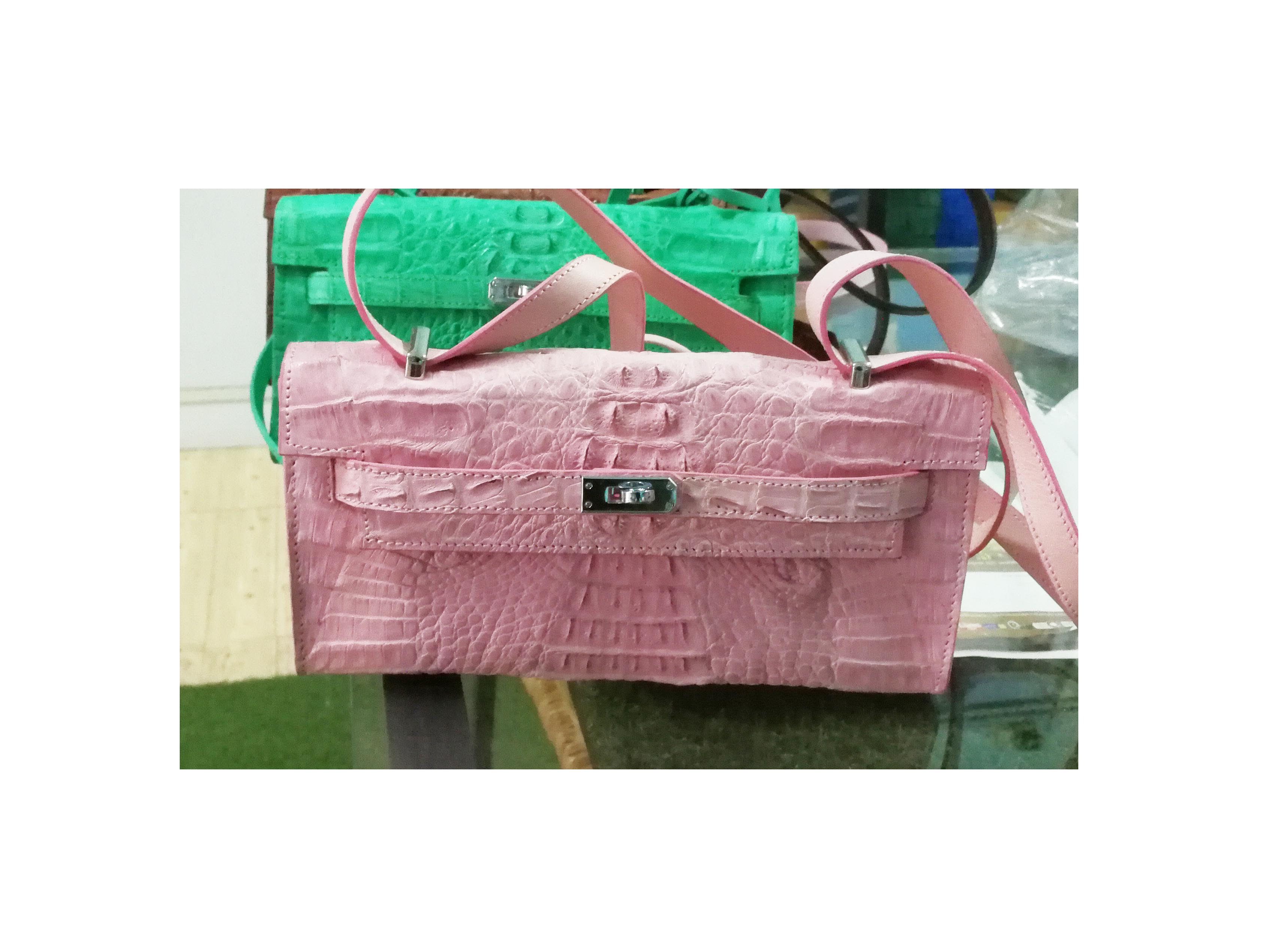 สินค้าแนะนำ : กระเป๋าสะพายหนังจระเข้แท้ สีชมพู