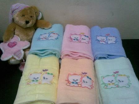 ผ้าขนหนู Cotton100% ผ้าเช็ดตัว ปักหวาน 8ปอนด์ คละสี 27*54นิ้ว โหลละ 1105บาท ส่ง 10โหล