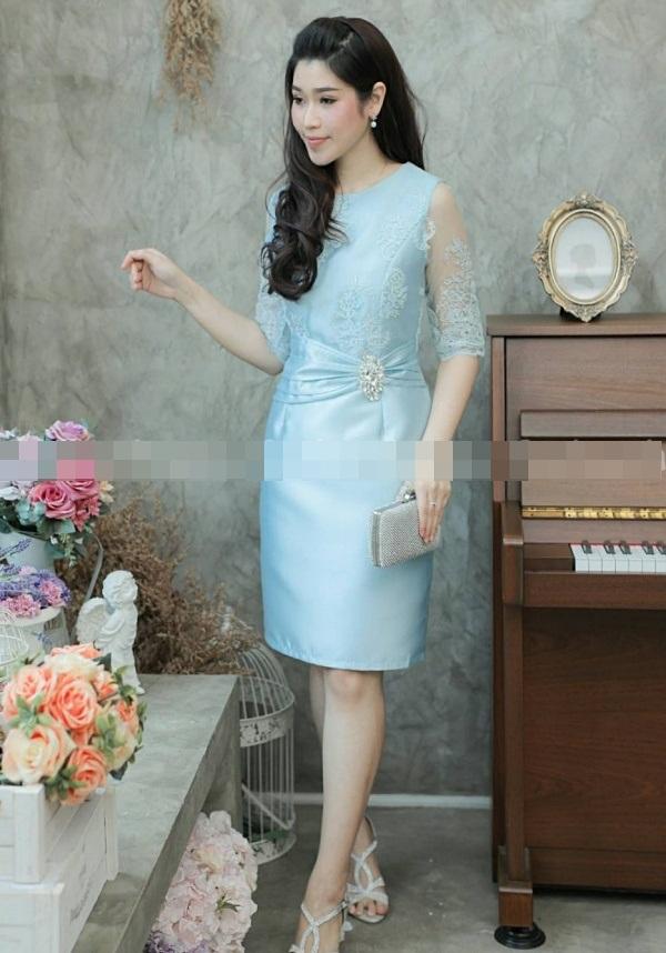 (Size M,L,XL,2XL,3XL) ชุดไปงานแต่งงาน ชุดไปงานแต่งสีฟ้า ผ้าไหมบนลูกไม้แขนสามส่วน ด้านบนทางร้านใช้ผ้าลูกไม้ฝรั่งเศสอย่างดีเกรดพรีเมี่ยม ส่วนด้านล่างทางร้านใช้ผ้าไหมอย่างดีนำมาตัดเป็นทรงสอบ ช่วงเอวมีดีเทลที่เอวแต่งจีบตีเกร็ด