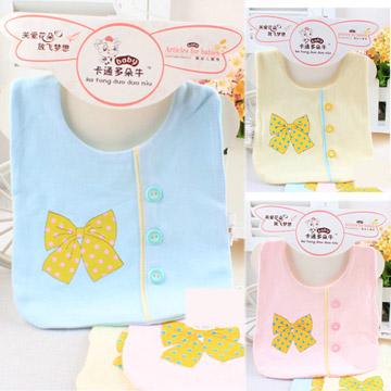 ฺฺฺฺBN010 ผ้ากันเปื้อน ผ้ากันน้ำลาย ทรงสี่เหลี่ยม มีกระดุมประดับด้านหน้า เรียง 3 เม็ด และพิมพ์ลายโบว์ สวยน่ารัก มี 3 สี ชมพู ฟ้า เหลือง ขนาด 19*18 cm.