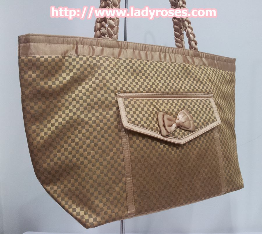 กระเป๋าสะพาย นารายา ผ้าซาตินมัน ลายตารางเล็ก สีทอง มีกระเป๋าด้านหน้า ติดโบว์เล็กๆ น่ารัก สายหิ้ว หูเปีย (กระเป๋านารายา กระเป๋าผ้า NaRaYa กระเป๋าแฟชั่น)