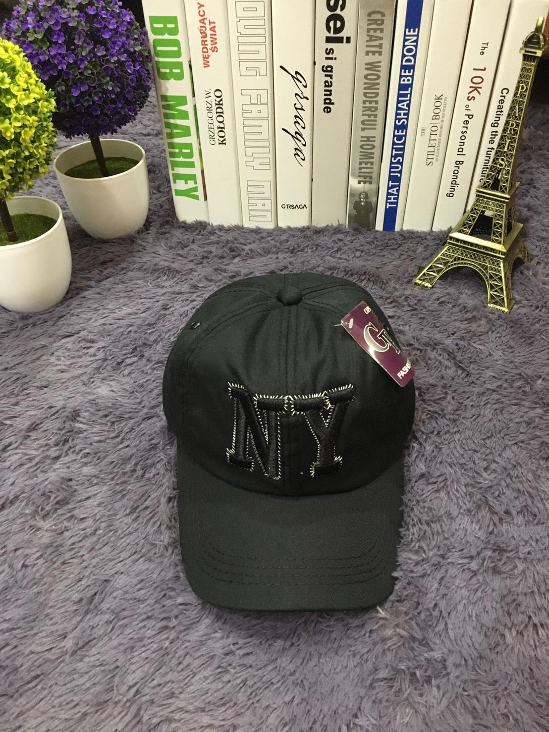 **พร้อมส่ง** หมวกแก๊ปแฟชั่นปักลาย NY ปรับระดับได้ สีดำ