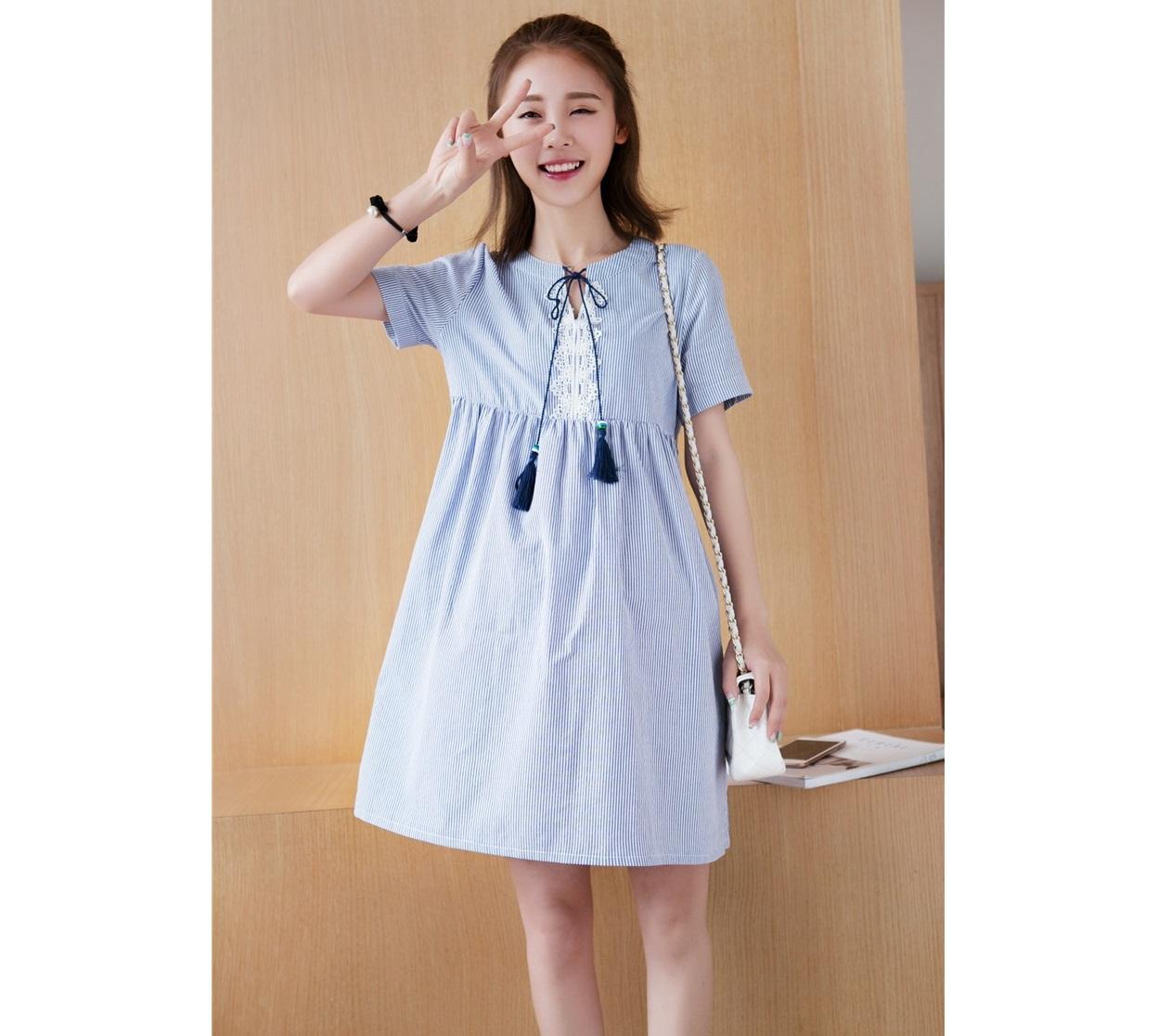 เดรสคลุมท้องผ้าคอตตอลสีกรมลายเส้น คอแหวกแต่งผ้าลูกไม้สีขาว มีเชือกเป็นพู่ผูกแต่งคอ