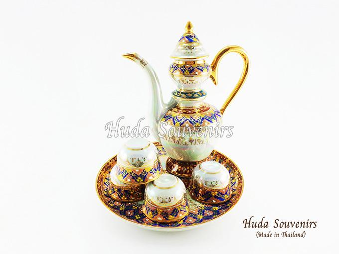 ของที่ระลึกไทย ชุดน้ำชาเบญจรงค์ กาสุโขทัย ขนาดกลาง เบญจรงค์ลายเนื้อนูนเคลือบมุข สินค้าพร้อมส่ง (ราคารวมกล่อง)
