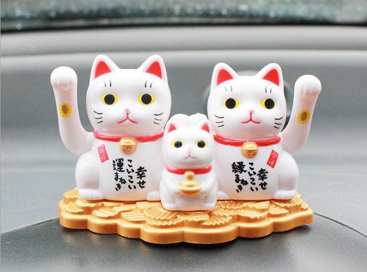 ครอบครัวแมวกวักพลังงานแสงอาทิตย์ รับทรัพย์ x3
