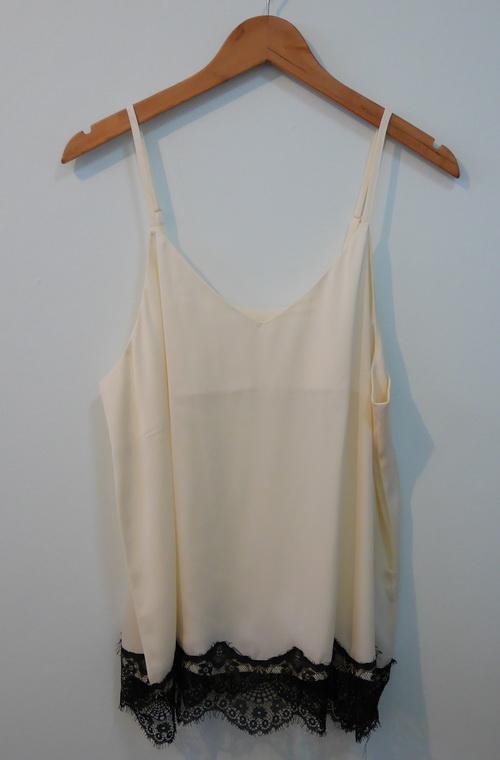 jp3824 เสื้อนอนผ้าซาตินลื่นสีเหลืองอ่อน แบรนด์ gu สายบ่าปรับระดับได้ รอบอก 38-40 นิ้ว