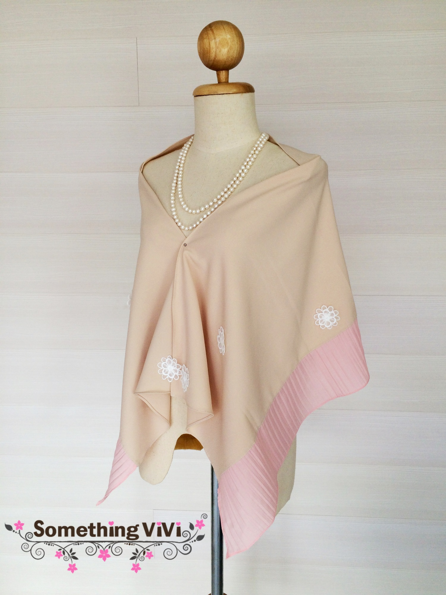 ผ้าพันคอ/ผ้าคลุมไหล่ รุ่น Jasmine Melony สี Porcelain Pink เป็นผ้ามอสเครปสวยหรูประดับด้วยดอกมะลิ เป็นของขวัญของฝาก ให้ผืนนี้เป็นตัวเลือกในใจคุณอีกแบบนะคะ งานพรีเมี่ยมสุดๆ ค่ะ พร้อมกล่อง/ซองแพคเกจอย่างดี ของขวัญ/ของฝาก