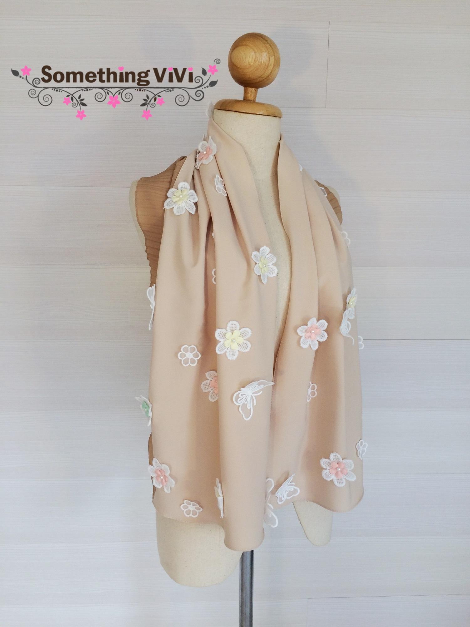 ผ้าพันคอ/ผ้าคลุมไหล่ รุ่น Beaucoup de Fleurs สี Terra Cotta เป็นผ้ามอสเครปสวยหรูประดับด้วยดอกไม้ฟรุ้งฟริ้งประปรายทั่วผ้า สวย น่ารักมาก งานพรีเมี่ยมสุดๆ ค่ะ พร้อมกล่อง/ซองแพคเกจอย่างดี ของขวัญ/ของฝาก
