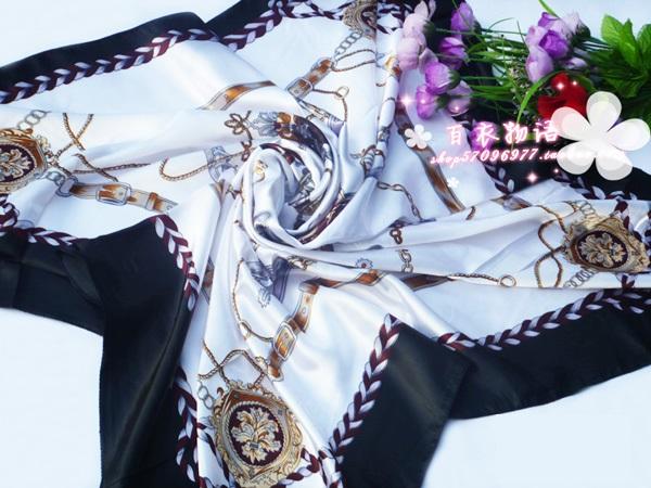 ผ้าพันคอผ้าซาติน ลายล้อเกวียนสีดำ